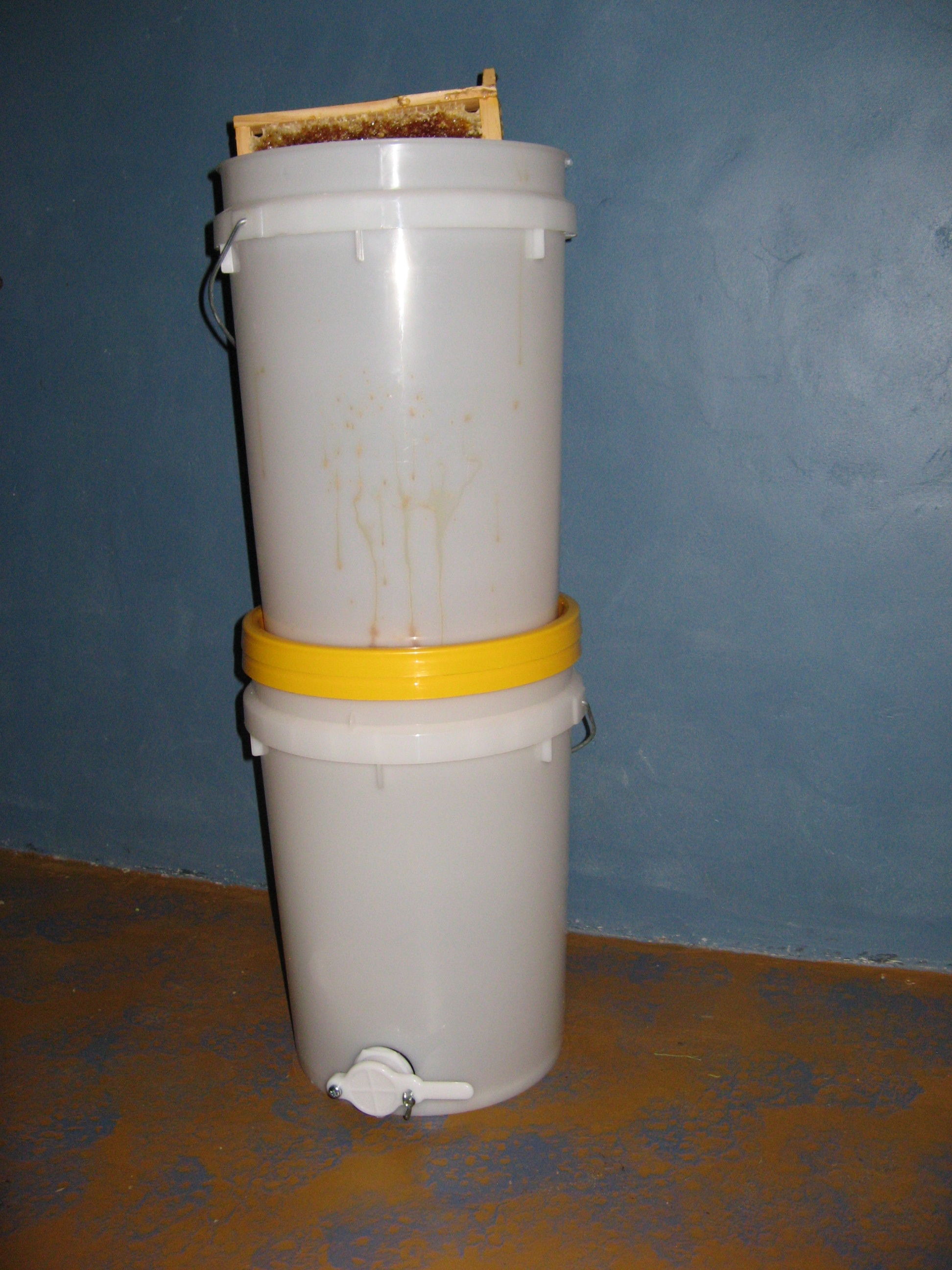 Bucket honey draining system